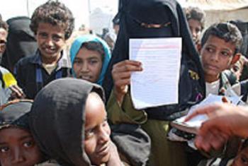 Wanafunzi waliotawanywa na migogoro wang'ang'ania kupata nafasi ya kuingia darasani katika shule ya kijiji kaskazini mwa Yemen. Picha; UNICEF