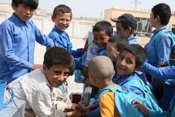 Wanafunzi wavulana wang'ang'ania pampu ya mkono kunywa maji shuleni katika jiji la Mazar, kaskazini mwa Afghanistan. Picha: UNICEF_2011(Maktaba)