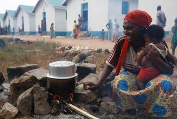 Mkazi nchini Jamhuri ya Kidemokrasia ya Congo, DRC akipika kwa kutumia kuni. (Picha: UN /Abel Kavanagh)