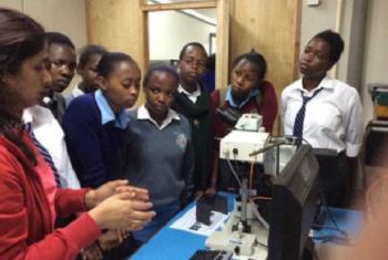 Kambi za Sayansi katika STEM (Kenya) za kushauri Wasichana kwamba wanaweza masomo ya sayansi. Picha: © UNESCO/ Alice Ochanda