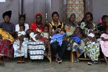 Kinamama wasubiri huduma za hifadhi ya jamii. Picha: UNICEF/Pierre Holtz