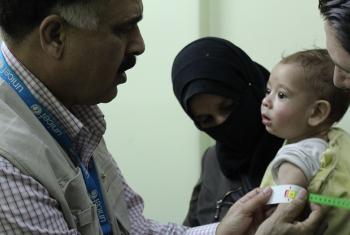Mhudumu wa afya wa UNICEF anapima mtoto kwa ajili ya kudhibiti utapiamlo nchini Syria. Picha: OCHA