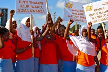 Wasichana wa shule wapazia kukomesha unyanyasaji wa kijinsia huko Dar es Salaam, Tanzania. Picha: UN Wanawake / Deepika Nath