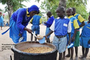 Wanfunzi wapokea chakula shuleni. Picha: WFP