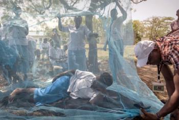 Kampeni ya kutokomeza malaria kwa kufundisha wananchi matumizi na umuhimu wa vyandarua vyenye dawa nchini Tanzania. Picha na WHO