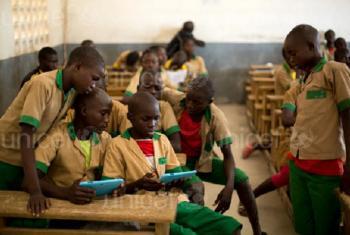 Wanafunzi wakijifunza kwa kutumia tableti ya msaada uliotolewa na UNICEF katika shule ya Baigai, Kaskazini mwa Cameroon, Jumanne ya Oktoba 2017. Picha na UNICEF
