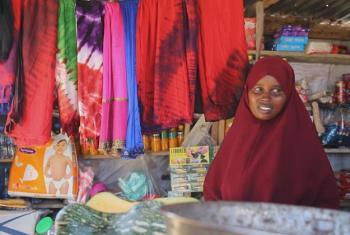 Binti Fadumo , akiwa kwenye biashara yake ya kuuza batiki mjini Kisimayo Somalia. Amerejea nyumbani na kuanza maisha mapya kwa msaada wa shirika la kuhudumia wakimbizi la Umoja wa Mataifa UNHCR baada ya kuishi ukimbizi kambini Dadaab nchini Kenya kwa miak