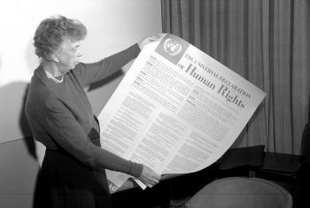 Eleanor Roosevelt wa Marekani akiwa ameshika nakala ya tamko la haki za binadamu lililoandikwa la lugha ya Kiingereza (Novembea 1949). Picha na UN