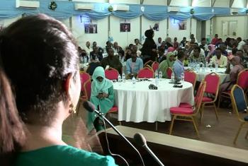 Mjumbe maalum wa Umoja wa Mataifa kuhusu vijana akihutubia vijana huko Mogadishu, Somalia. Picha: UM
