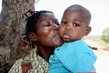 Constangelina Basílio mwenye umri wa miaka 23 alinususrika kifo akijifungua mtoto wake wa kiume Magalhães, na hapa anaeleza jinsi huduma za afya vijijini Musimbiji zilivyomsadia. Picha: UNFPA