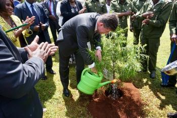 Rais wa Baraza Kuu la Umoja wa Mataifa Miroslav Lajčák akimwagilia maji kwenye mti aliopanda kwenye msitu wa Karura ulioko mjini Nairobi, nchini Kenya. (Picha:PGA-Twitter)