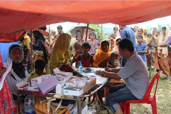 Wakimbizi wa Rohingya wapatiwa huduma za afya kambini Kutopalong. Picha: UNHCR
