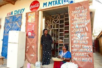 Mary Mtaki pamoja na mama yake dukani lao jijini Tunduma, Tanzania. Picha: UN Women Tanzania Tanzania / Deepika Nath
