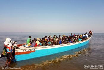 Wakimbizi kutoka Jamhuri ya Kidemokrasia ya Congo, DRC wakivuka ziwa Albert kuelekea Uganda.