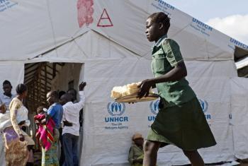 Nchini Uganda, wakimbizi kutoka Sudan Kusini na DRC wakiwa katika harakati za kupata mlo. (Picha:UN/Mark Garten)