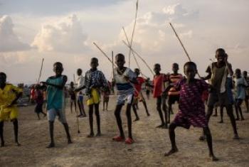 Watoto wakicheza mchezo wa kurusha mikuki na mishale iliyotengenezwa wakiwa kwenye Kituo cha Ulinzi wa raia (PoC) huko Bentiu, Sudan Kusini.