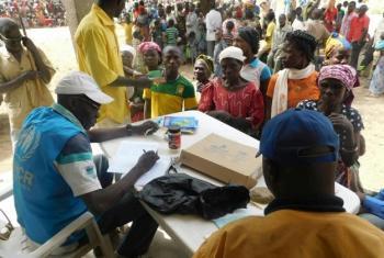 Afisa wa UNHCR anasajili wakimbizi wapya waliofika kutoka Jamhuri ya Afrika ya Kati, CAR huko Odoumian, Chad. Wengi ni wanawake na watoto ambao walikimbia hivi karibuni kufuatia vurugu kaskazini magharibi mwa CAR. Picha: © UNHCR / Ezzat Habib Chami