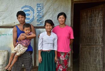 Baum Myaw, mtoto wa kiume mwenye umri wa miaka 12, akiwa na familia yake katika kambi ya kambi ya wakimbizi wa ndani karibu na Myitkyina nchini Myanmar. Picha: UNICEF