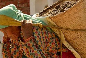 Ajuza kama huyo awa mkimbizi karibu tangu una wake .Ni mkimbizi wa Rohingya kutoka Myanmar.Picha na ILO/Peder Sterll