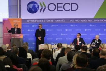 Mkurugenzi Mkuu wa IOM William Lacy Swing (kulia) katika kongamano la kimataifa la takwimu na uhamiaji lililoandaliwa kwa pamoja na IOM, OECD na UNDESA, ambalo lilianza leo (15/01) huko Paris. Picha: OECD