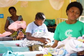 Kinamama na watoto wachanga katika hosptali ya Nyarugusu nchini Tanzania. Picha: UNHCR/Video capture