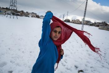 Binti mkimbizi wa Syria akiwa bonde la Bekaa nje ya makazi wanayohifadhiwa wakati wa msimu huu wa theluji kali. Picha na :UNHCR/Andrew McConnell