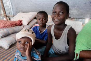 Watoto katika kambi isiyo halali ya wakimbizi wa ndani iliyolazimika kufungwa Somalia. Picha: UNICEF/Video capture