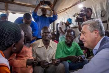 kamishina mkuu wa UNHCR Filipo Grandi akiwasikiliza wakimbizi kutoka Sudan Kusini wakati wa ziara yake nchini Uganda .