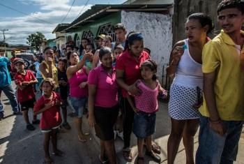 Wanunusi wanapanga foleni masaa tano kununua mkate unaopimwa kiwango kidogo kwa kila mmoja kutoka kwa bakery ndogo huko Cumaná, Venezuela. Picha: Meridith Kohut / IRIN