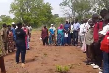 Wakulima huko wilayani Nanyumbu mkoani Mtwara wakifuatilia mafunzo shambani kuhusu kilimo kinachohimili mabadilko ya tabianchi. (Picha:Videocapture)