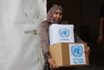 Mwanamke anapokea msaada kutoka UNRWA. Picha: UNRWA