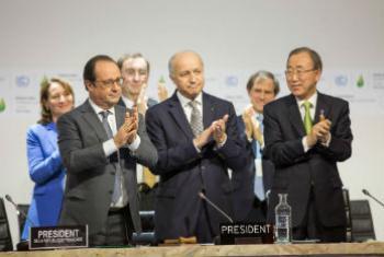 潘基文秘书长欢迎巴黎气候变化大会协议草案出台。联合国图片