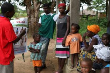 塞拉利昂社区志愿者在宣传预防感染埃博拉病毒知识。世界卫生组织图片/S. Gborie