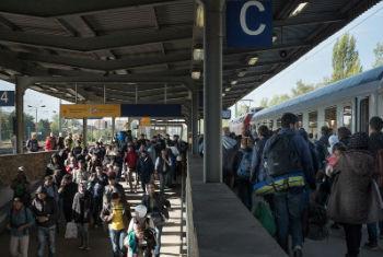 难民和移徙者乘坐列车抵达德国。儿基会图片/Ashley Gilbertson VII