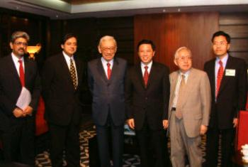 2004年6月加利秘书长在北京出席会议,右一为现任联合国安理会反恐委员会执行局副主任陈伟雄。照片提供:陈伟雄