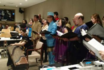 联合国合唱团与中国旅日著名古筝演奏家毛丫联袂表演《茉莉花》和《夜来香》。联合国电台图片