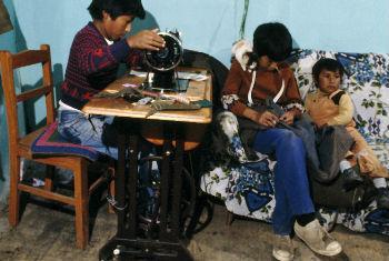 一名玻利维亚男孩正在操作一台缝纫机 联合国资料图片/Jean Pierre Laffont