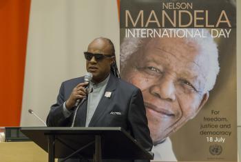 联合国和平使者史蒂夫•旺德在联合国曼德拉国际日的活动上发表讲话    联合国图片/JC McIlwaine