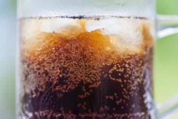 喝含糖饮料是助长全世界许多国家儿童期肥胖增加的一个主要诱因 世卫组织图片