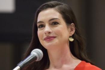 """联合国妇女署全球亲善大使、美国好莱坞影星安妮·海瑟薇(Anne Hathaway)3月8日在妇女署举办的""""国际妇女节""""庆祝活动上致辞。联合国图片/Evan Schneider"""
