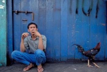 印度尼西亚一名吸烟的男子。世界银行图片/Curt Carnemark