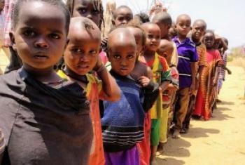 肯尼亚北部地区的儿童排队领取每日仅有的一餐饭。人道协调厅/ Daniel Pfister