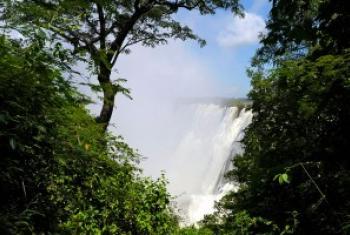 壮观的维多利亚瀑布。 联合国图片/Evan Schneider